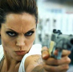 Angelina Jolie, criticata pentru ca e prea sexy cu pistolul in mâna, Life style,Stiri VIP,Noutati Vedete